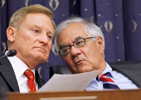 Reps. Spencer Bachus and Barney Frank (right) conferring in 2010. (Photo: AP)