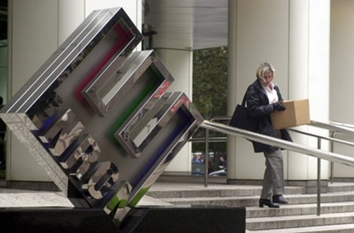 An Enron employee who's just lost her job leaves the company headquarters in 2001. (Photo: AP)