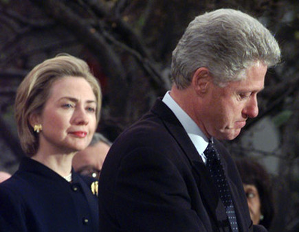 Bill and Hillary Clinton in 1998. Dr. Stephen Mansfield revealed the signs of impending failure of political or social leaders. (Photo: AP)