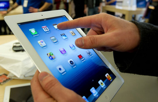 Customer testing new iPad in an Apple Store. (Photo: AP)