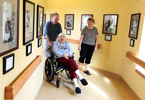 Nursing home resident with family. (Photo: AP)