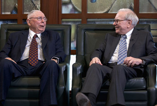 Warren Buffett (right) and Charlie Munger talking at the shareholders' meeting on Monday. (Photo: