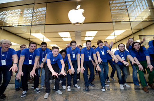 Apple Store employees in Germany welcomed customers on the first day of selling the new iPad. (Photo: AP)