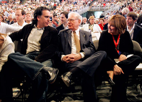 Warren Buffett flanked by his son, Peter, and his daughter, Susan, who both benefited from his largesse. (Photo: AP)