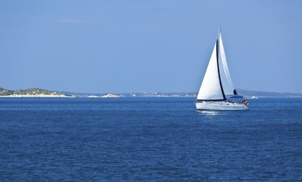 A sailboat on calm water (Photo: Thinkstock)