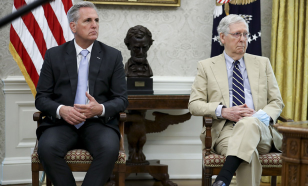 Rep. Kevin McCarthy, left, and Sen. Mitch McConnell in the Oval Office. (Photo: Oliver Conteras/Sipa/Bloomberg)