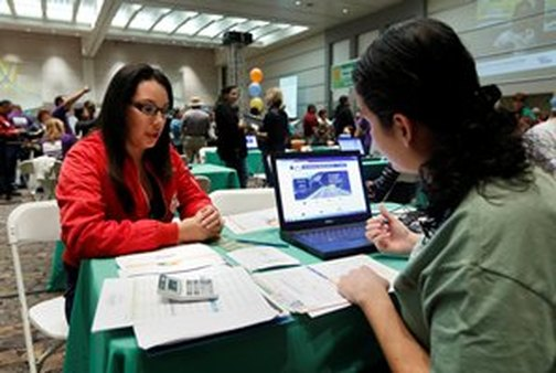 Cinthia Orozco signs up for exchange coverage at a health fair in Sacramento, Calif. (AP photo/Rich Pedroncelli)