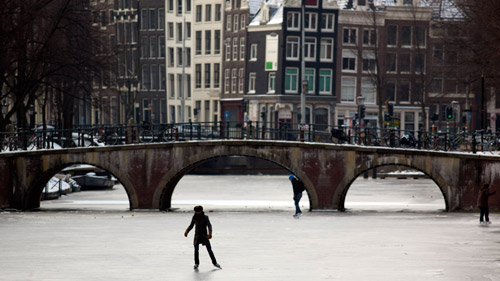 Skaters on an Amsterdam canal. (Photo: AP)