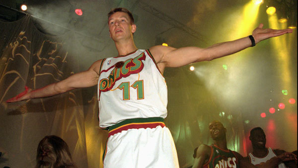 Detlef Schrempf modeling a new Sonics uniform back in his playing days in 1995. (Photo: AP)