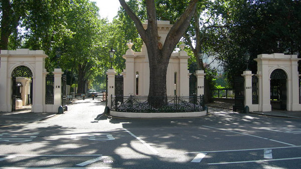 Entrance to Kensington Palace Gardens. Near Notting Hill Gate. (Photo: Wikimedia Commons)