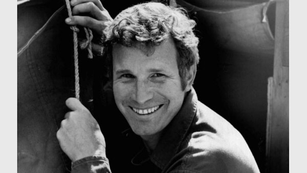 Wayne Rogers in a publicity still from M*A*S*H in 1972. (Wikimedia Commons)