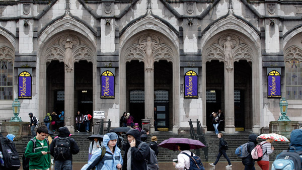 At University of Washington, students walk near Suzzallo Library. (Photo: AP)