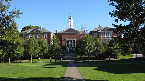 Phillips Exeter Academy main building. (Photo: Wikimedia Commons)