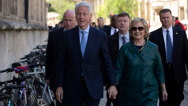 Bill and Hillary Clinton at their daughter Chelsea's Oxford graduation. (Photo: AP)