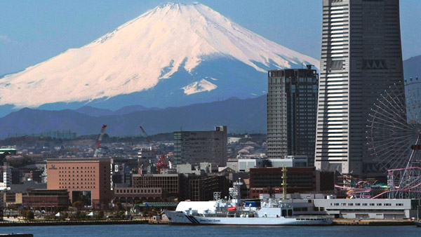 Mount Fuji soars over the Yokohama Bay area (Photo: AP)