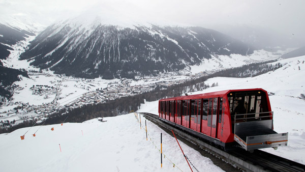 A cable train makes its way up the Weissfluhjoch mountain in Davos, Switzerland. (Photo: AP)