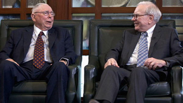 Warren Buffett, right, with business partner Charlie Munger. (Photo: AP)