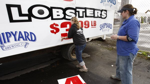 Changing the sign for a Lobster market in Maine. (Photo: AP)