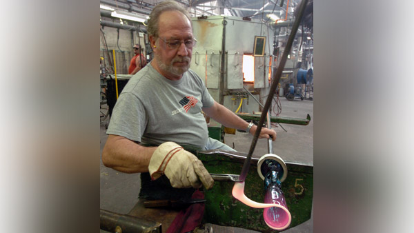 A worker at the Fenton Art Glass factory in Williamstown. (Photo: AP)